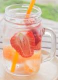 Tasse infusée de l'eau de boisson régénératrice de fruit de mélange Photo libre de droits
