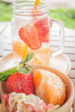 Tasse infusée de l'eau de boisson régénératrice de fruit de mélange Photos libres de droits