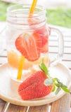 Tasse infusée de l'eau de boisson régénératrice de fruit de mélange Images stock