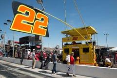 Tasse Joey Logano n Pit Stop de sprint de NASCAR Image stock