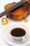 Tasse Kaffee, alte Violine und Weihnachtsdekoration auf dem Weiß Lizenzfreies Stockbild