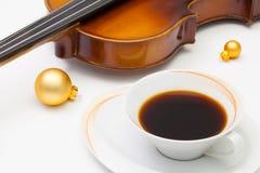 Tasse Kaffee, alte Violine und Weihnachtsdekoration auf dem Weiß Lizenzfreie Stockfotografie