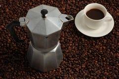 Tasse Kaffee andCoffee Maschine Stockbilder