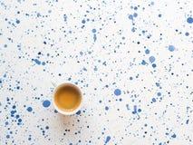 Tasse Kaffee auf abstraktem Hintergrund Flache Lage lizenzfreie stockfotos