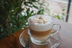Tasse Kaffee auf altem hölzernem Schreibtisch stockfoto