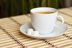 Tasse Kaffee auf Bambustischdecke Stockbild