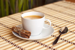 Tasse Kaffee auf Bambustischdecke Stockbilder
