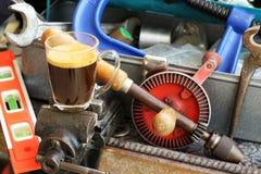 Tasse Kaffee auf Bauschlosser ` s Kolben Lizenzfreies Stockfoto