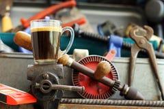 Tasse Kaffee auf Bauschlosser ` s Kolben Stockbild