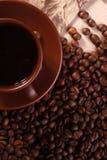 Tasse Kaffee auf Bohnen, Ansicht von oben Stockfotografie