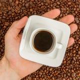 Tasse Kaffee auf Bohnen. Draufsicht lizenzfreies stockfoto