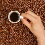 Tasse Kaffee auf Bohnen. Draufsicht lizenzfreies stockbild