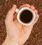 Tasse Kaffee auf Bohnen. Draufsicht stockbilder