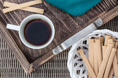 Tasse Kaffee auf dem Behälter und den Bonbons stockbilder