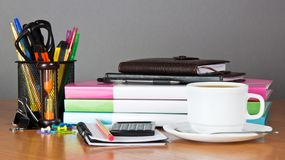 Tasse Kaffee auf dem Schreibtisch Stockfotografie