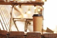 Tasse Kaffee auf der Bank, Straße, Herbst Stockfotografie