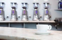 Tasse Kaffee auf der Bar lizenzfreies stockfoto