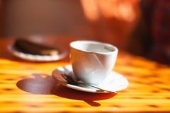 Tasse Kaffee auf der Tabelle Lizenzfreie Stockfotografie