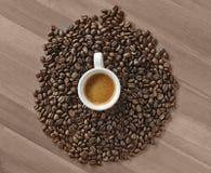Tasse Kaffee auf der Tabelle Lizenzfreie Stockbilder
