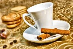 Tasse Kaffee auf dunkelbraunem Lizenzfreie Stockfotografie