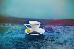 Tasse Kaffee auf einem gefrorenen blauen Auto Lizenzfreie Stockbilder