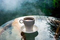 Tasse Kaffee auf einem Glastisch stockbilder