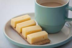 Tasse Kaffee auf einem Goldhintergrund Stockbild