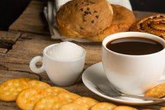 Tasse Kaffee auf einem hölzernen Brett Lizenzfreies Stockfoto