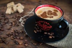 Tasse Kaffee auf einem hölzernen Hintergrund Lizenzfreie Stockbilder