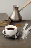 Tasse Kaffee auf einem Hintergrund der Türken und der Bücher auf einem hölzernen Lizenzfreies Stockfoto