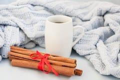 Tasse Kaffee auf einem Hintergrund des weichen blauen Plaids lizenzfreie stockfotos