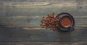 Tasse Kaffee auf einem Holztisch Vorrat-Foto stockbilder