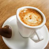 Tasse Kaffee auf einem weißen Hintergrund (getrennt mit Pfad) Stockbild