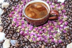 Tasse Kaffee auf einem weißen Hintergrund (getrennt mit Pfad) Stockfotografie