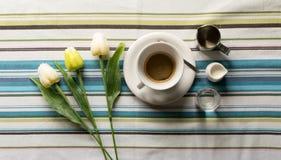 Tasse Kaffee auf einer gestreiften Tischdecke lizenzfreie stockfotos