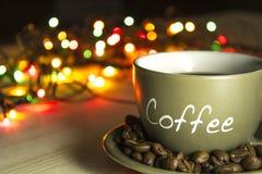 Tasse Kaffee auf einer hölzernen Tabelle Stockbilder