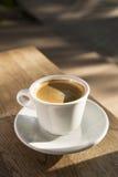 Tasse Kaffee auf einer hölzernen Tabelle Stockfotos