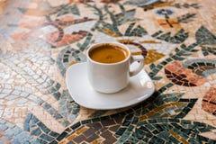 Tasse Kaffee auf einer Mosaiktabelle stockbilder