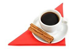 Tasse Kaffee auf einer roten Serviette Stockfotos