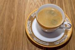 Tasse Kaffee auf einer schönen Platte lizenzfreie stockfotografie