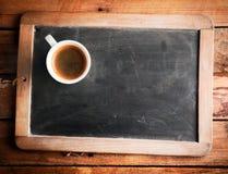 Tasse Kaffee auf einer Schulkandidatenliste Stockfotografie