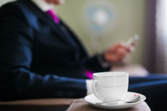 Tasse Kaffee auf einer Untertasse mit dem Tee-Löffel fokussiert lizenzfreie stockfotos