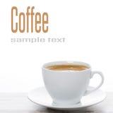 Tasse Kaffee auf einer weißen Tabelle und Raum für Text Lizenzfreie Stockbilder