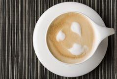 Tasse Kaffee auf gestreiftem Hintergrund Stockfoto