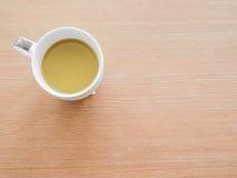 Tasse Kaffee auf hölzernem Hintergrund Lizenzfreies Stockbild