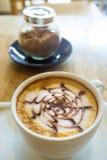 Tasse Kaffee auf hölzernem Hintergrund lizenzfreies stockfoto