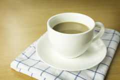 Tasse Kaffee auf hölzernem Schreibtisch Lizenzfreies Stockbild