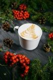 Tasse Kaffee auf hölzernem Weihnachtshintergrund Stockbild