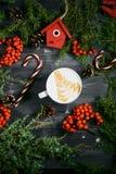 Tasse Kaffee auf hölzernem Weihnachtshintergrund Stockbilder