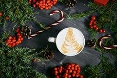 Tasse Kaffee auf hölzernem Weihnachtshintergrund Stockfotos